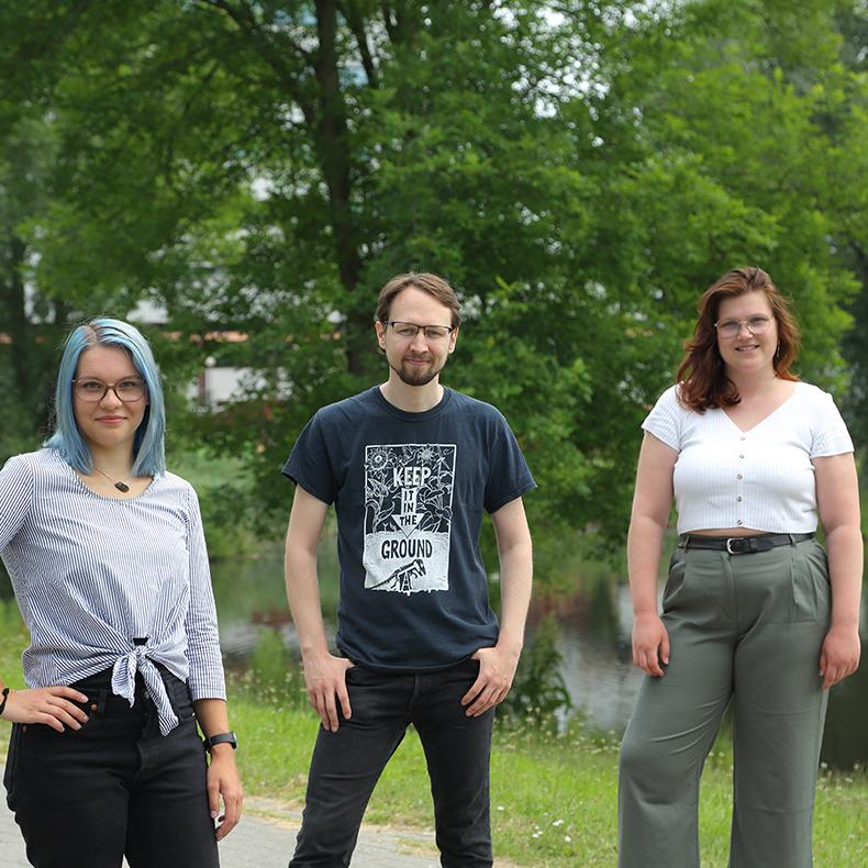 Foto des Vorstands von 2021. Von links nach rechts: Uta Boßmann, Julian Schüngel und Carlotta Tiedemann